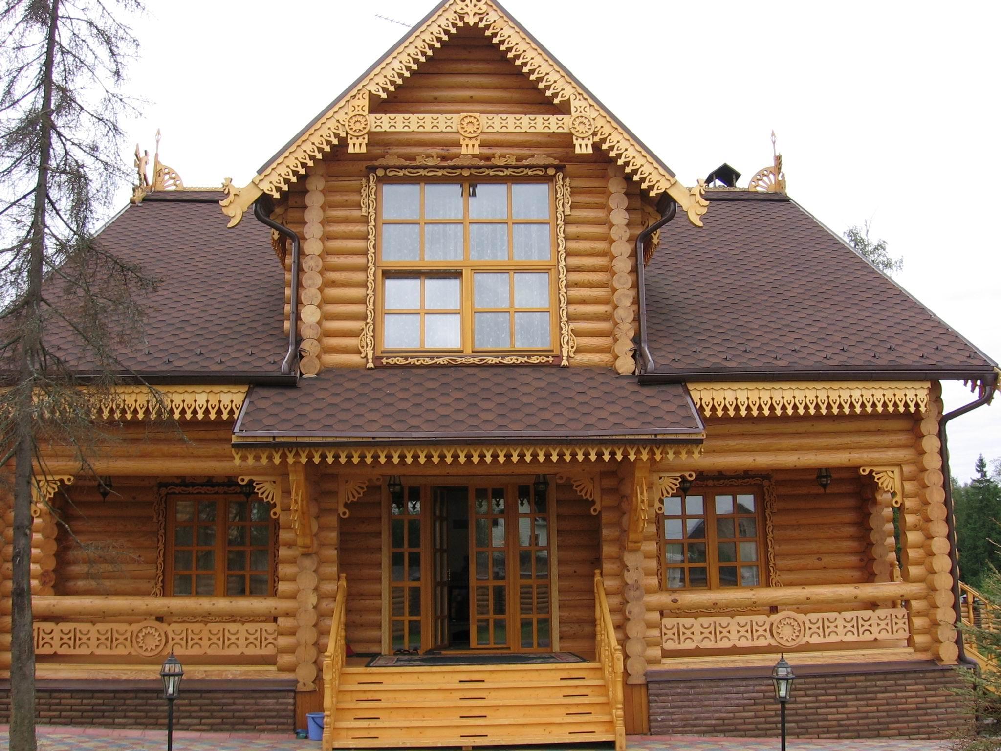 Дизайн фасада дома из оцилиндрованного бревна